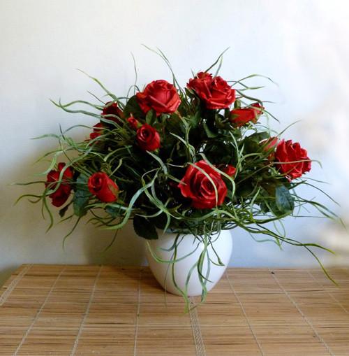 Puget růží s krásnou přízdobou v keramickém nádobě