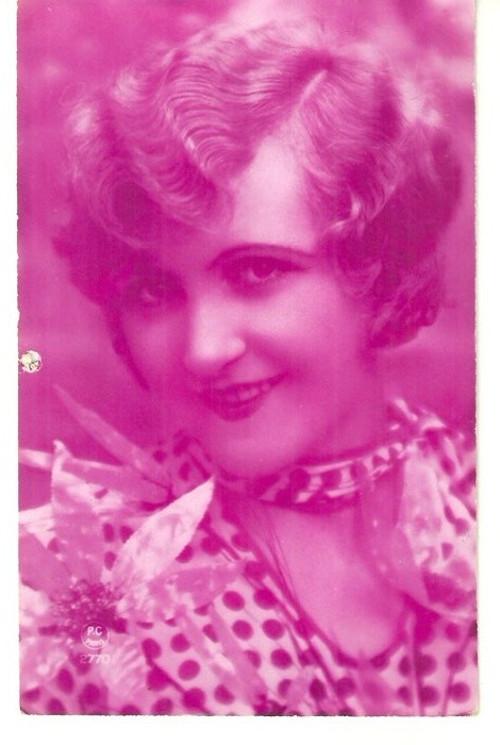 Umělecká pohlednice žena s úsměvem