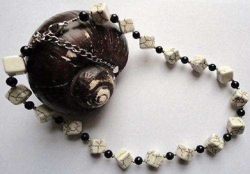 Elegantní náhrdelník z minerálu howlit a onyx