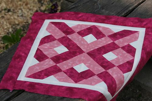 Vínovo-růžový polštář