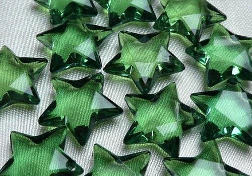 Plastová hvězdička (přívěsek) - tm. zelená / 2 ks
