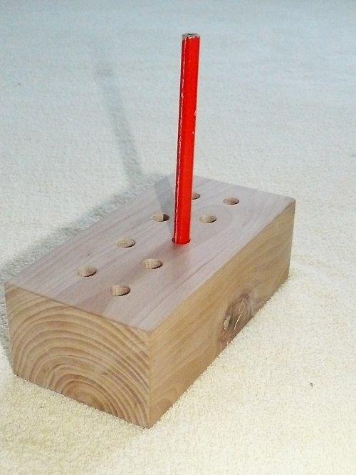 dřevěný tužkovník (těžítko)