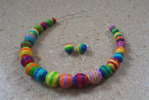 barevné korále s náušnicemi