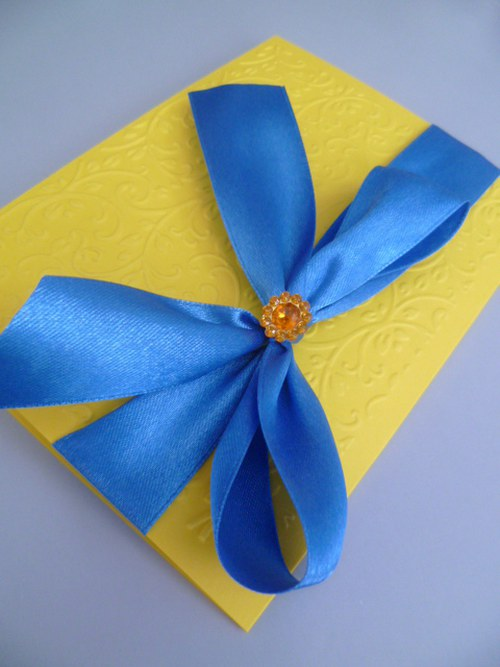 žlutomodré svatební oznámení se vzorem, stuhou
