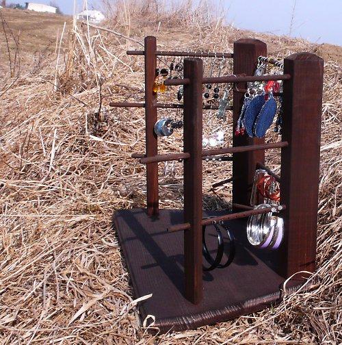 Dřevěný stojan na náušnice