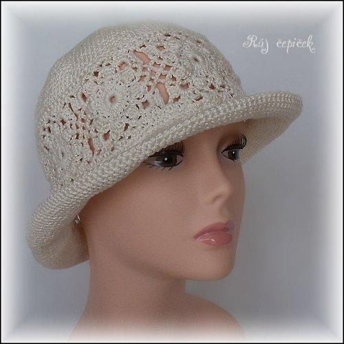 Háčkovaný klobouk s krajkovou vsadkou