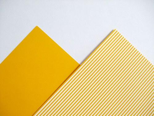 Karton žlutý pruhovaný