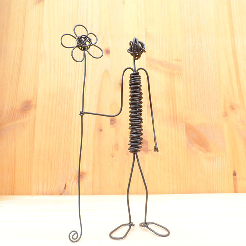 Figurka s květem