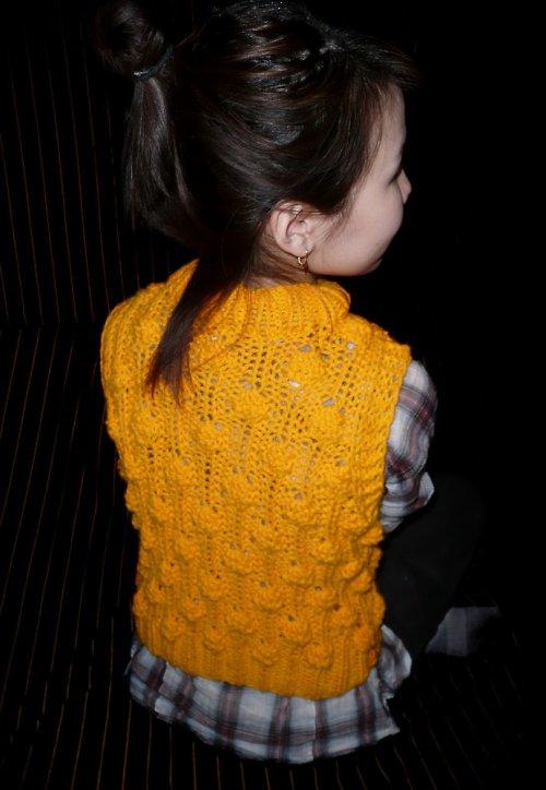 """Pletená vesta ze žlutého \""""těsta\"""""""