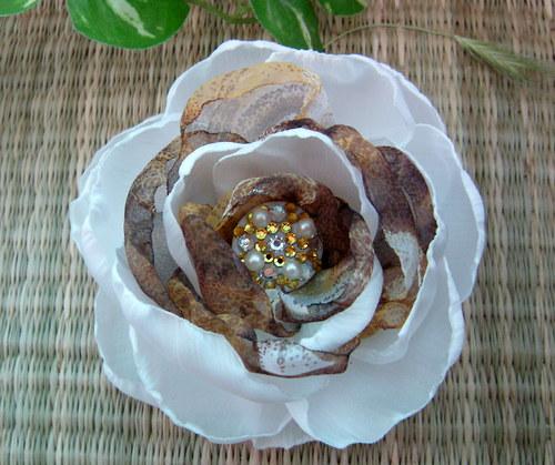 Medově něžná divoška - brož květ