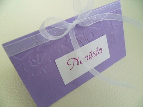 fialová jmenovka na svatební stůl s motýly