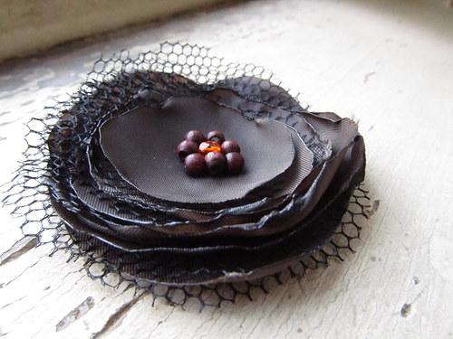 s kousky kakaových bobů a kapkou pomeranče...
