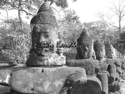 Fotografie Kambodža - Hlavy lemující cestu