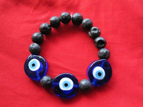 Lávový náramek s modrým okem pro štěstí.