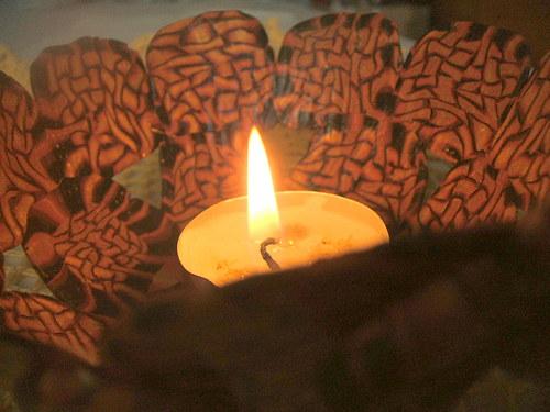 hnědá miska s květinou- svícen