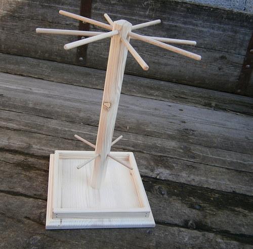 Velký dřevěný stojan na šperky s ohrádkou