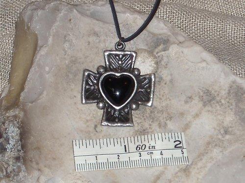 Přívěsek-Kříž s černým srdcem