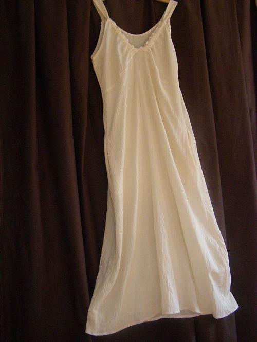 dlouhé bílé  šaty bez rukávů