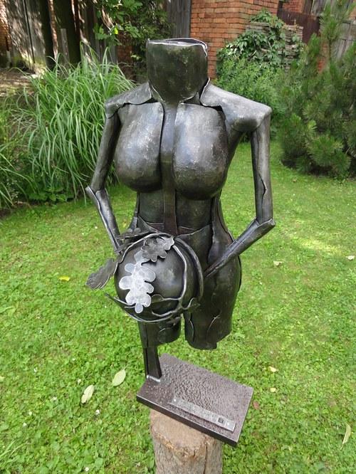 Kované ženské torzo z ratolestí