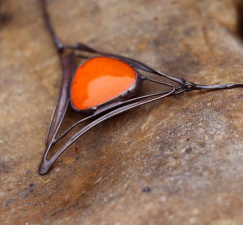 kovový šperk se sklem