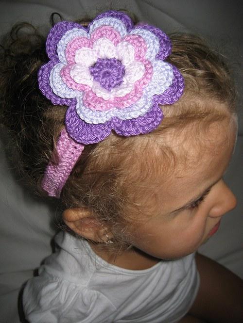 Háčkovaná čelenka s kytkou - fialová