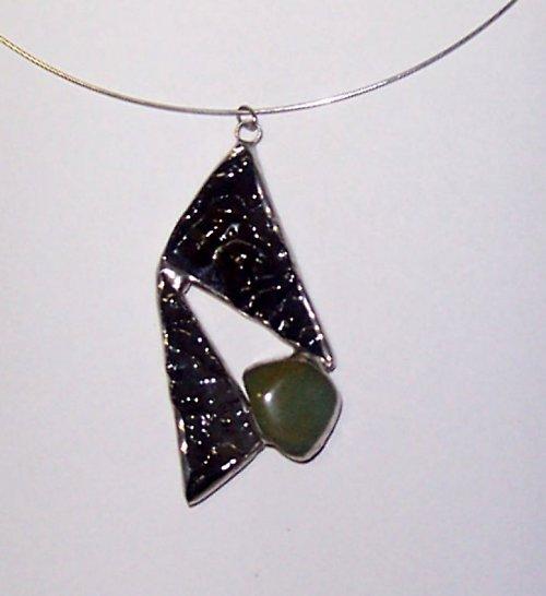 Šperk z reliéfního skla s chalcedonem