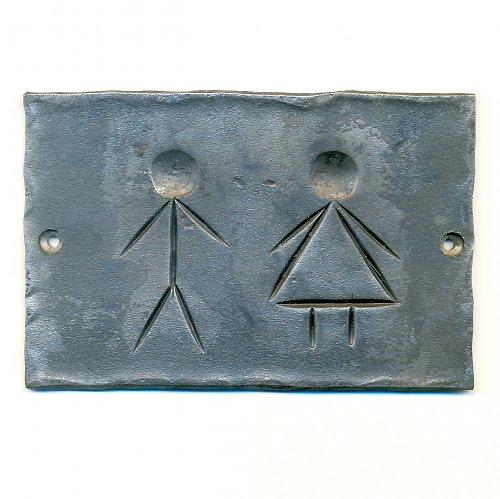 kovaná cedulka WC postavičky