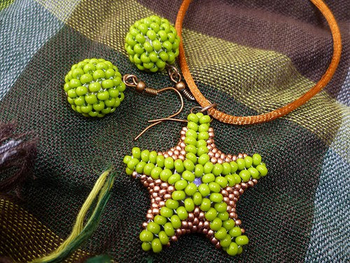 zelenoměděná hvězdice a zelené kuličky