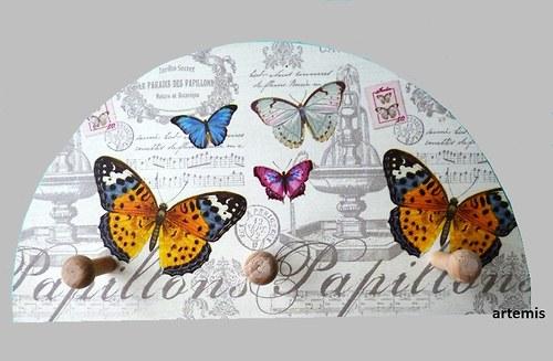 dřevěný věšáček - vintage motýlci...