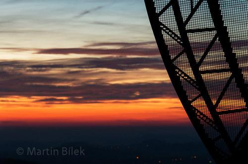 radioteleskop po západu Slunce