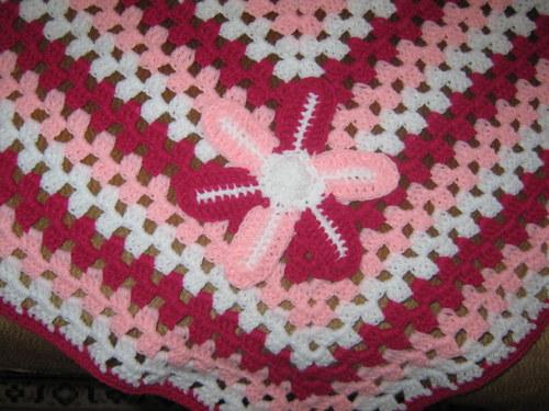růžovo-fialová deka s kytičkou
