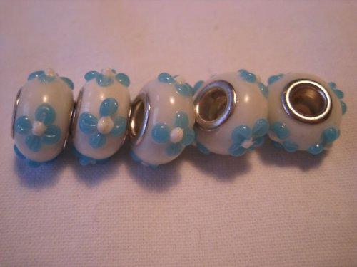 Korálek - bílá s modrou kyti, 5 ks za 33,-- Kč
