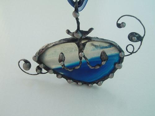 cínovaný šperk zakotveno na moři