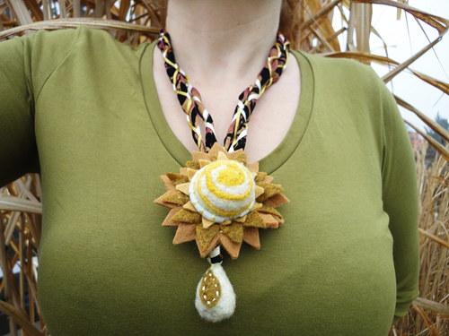 """náhrdelník \""""Textilní květ s kapkou\"""""""