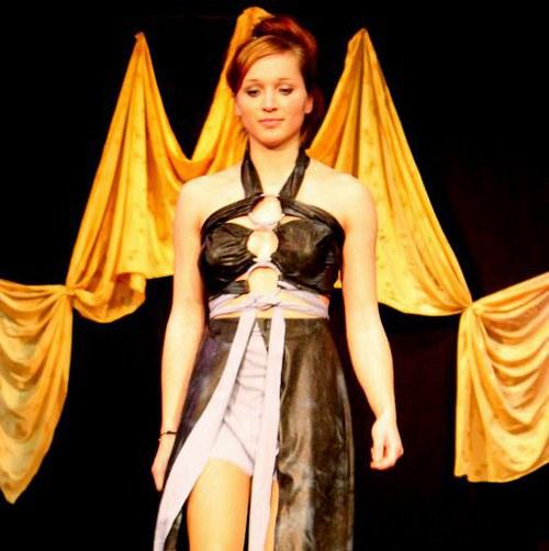 Extravagantní večerní šaty