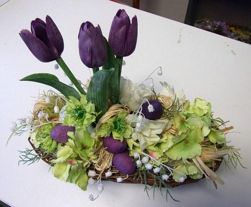 Košík s fialovými tulipány