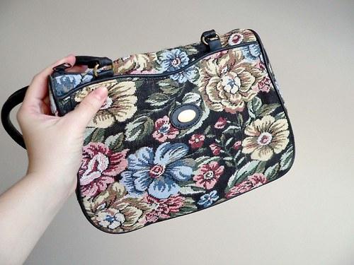 Koženkovo-textilní květovaná kabelka 78