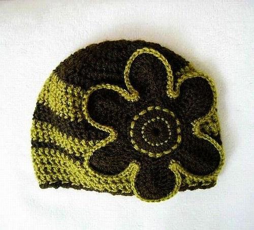 Háčkovaná čiapočka s maxi kvetom - rôzne farby