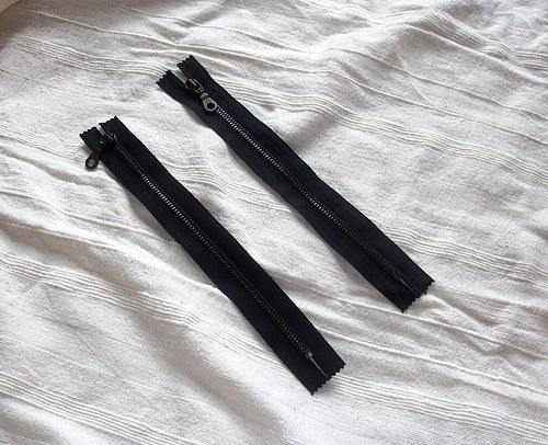 černý zip 25cm