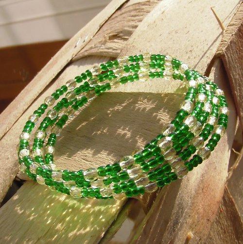 Zelenožlutý náramek na paměťovém drátu