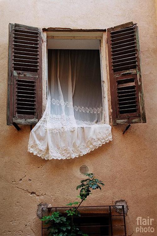 Okno se záclonou