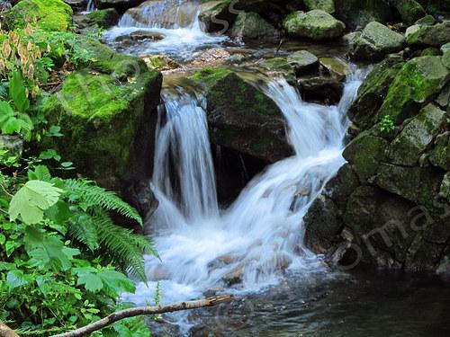 Voda hučí po skalinách ...
