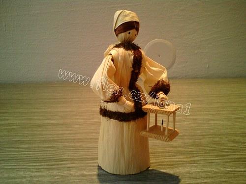 Panenka v kožíšku s lucernou