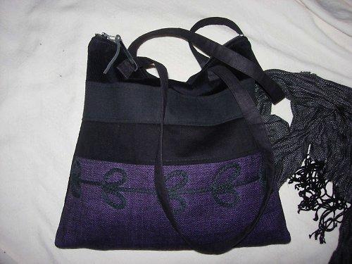 Kabelka ve fialovo-černé s aplikací