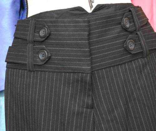 Maličké, leč parádní kalhoty s širšími nohavicemi