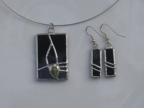 Černá souprava s aplikací a zeleným kamínkem