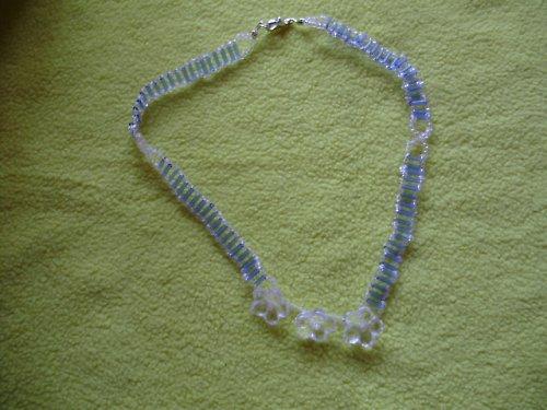 Náhrdelník bílo-modrý s kytičkami