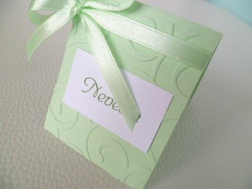 světle zelené mini jmenovky na svatební stůl..