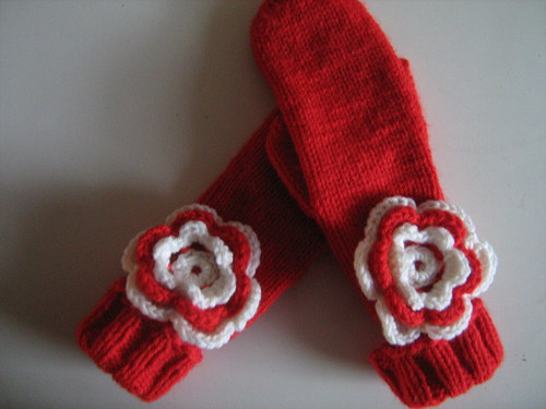 Pletené rukavice s háčkovanou aplikací