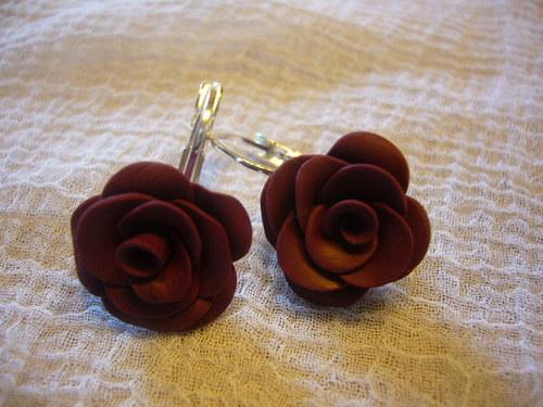 Náušnice - bordó růžičky na uzavíratelném háčku